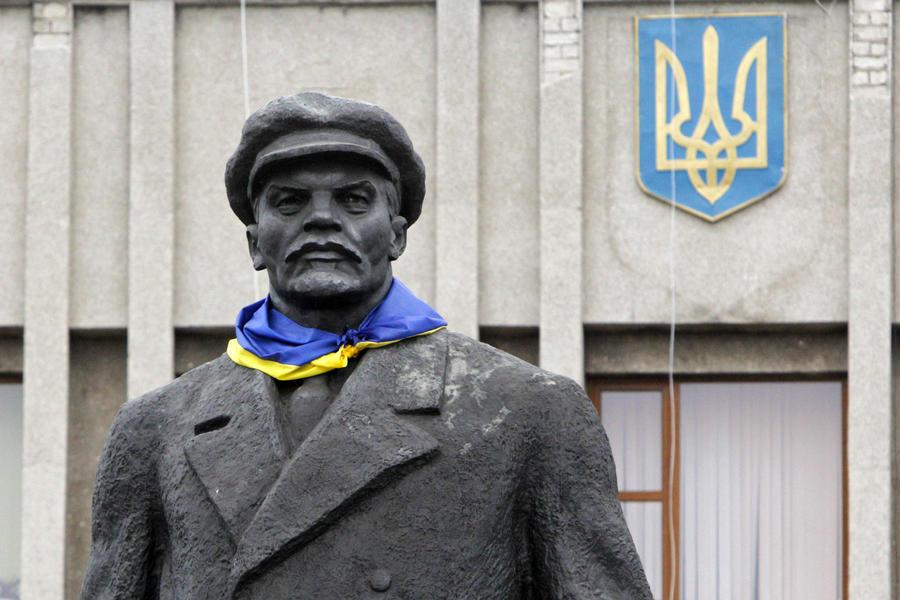 СМИ: Украинцы считают борьбу с советским прошлым бесполезной тратой времени