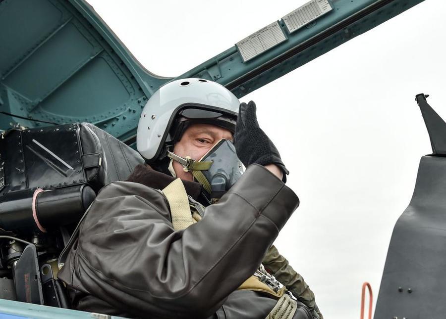 Пользователи сети обсуждают фотографию Петра Порошенко в российском истребителе