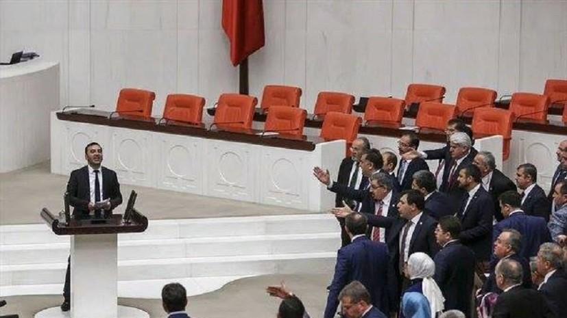 Драка в турецком парламенте: Анкара начала кампанию против прокурдской партии