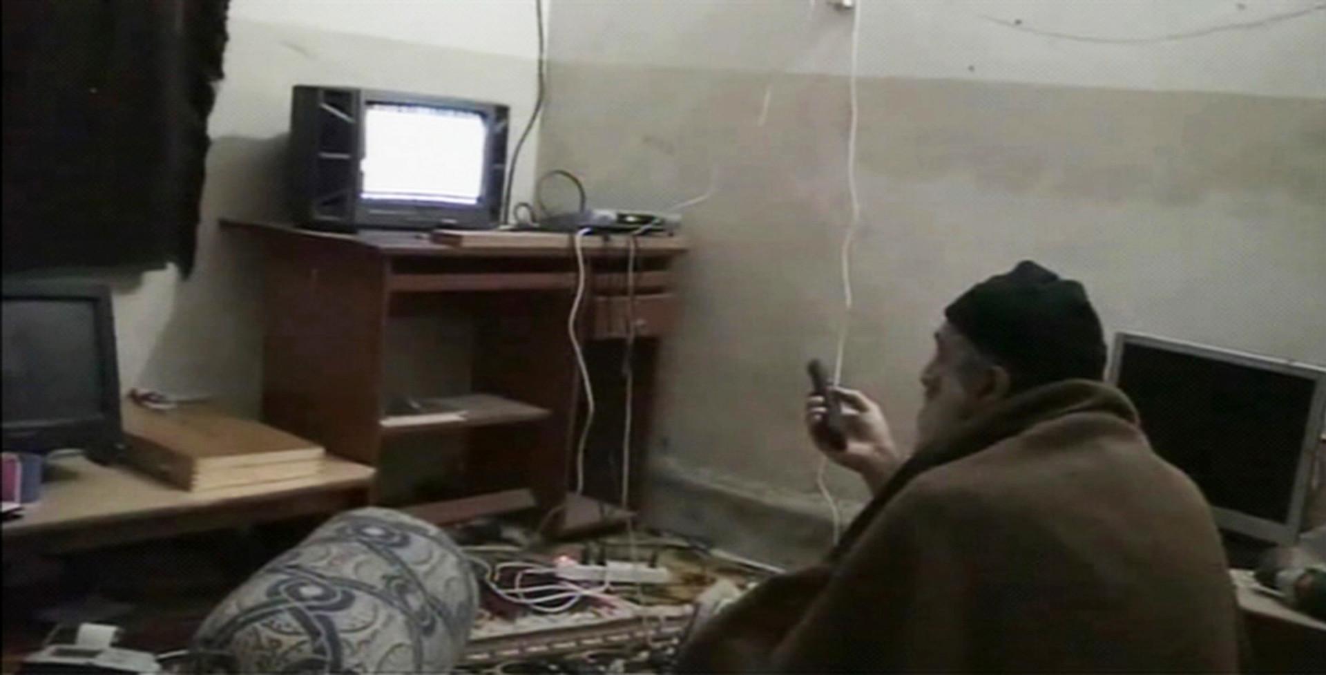 Бен Ладен смотрит себя по телевизору