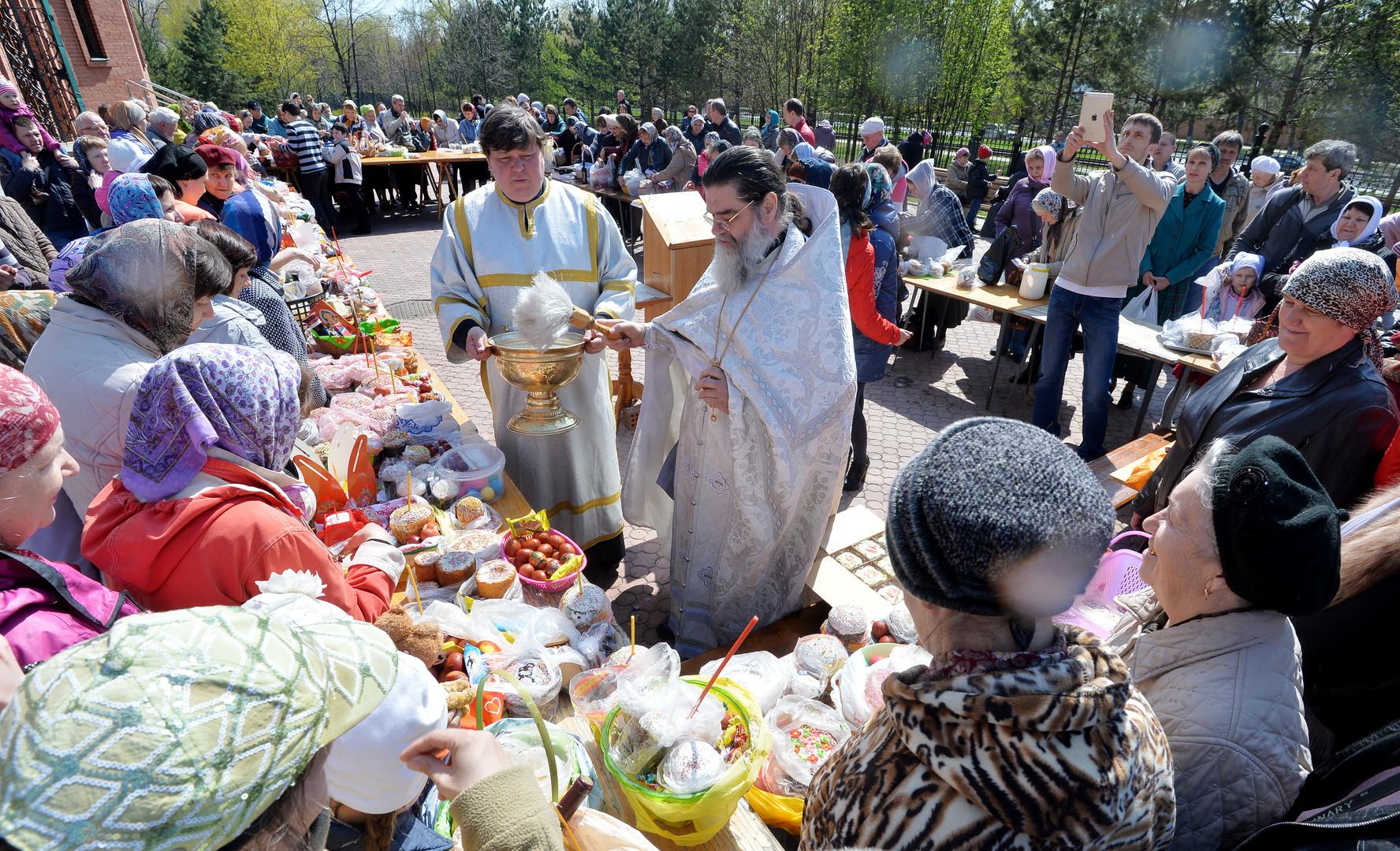 Освящение куличей и пасхальных яиц в Великую субботу в одном из храмов Челябинска.