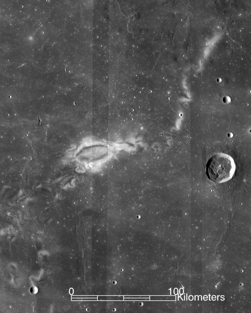 Специалисты NASA обнаружили на Луне таинственные узоры