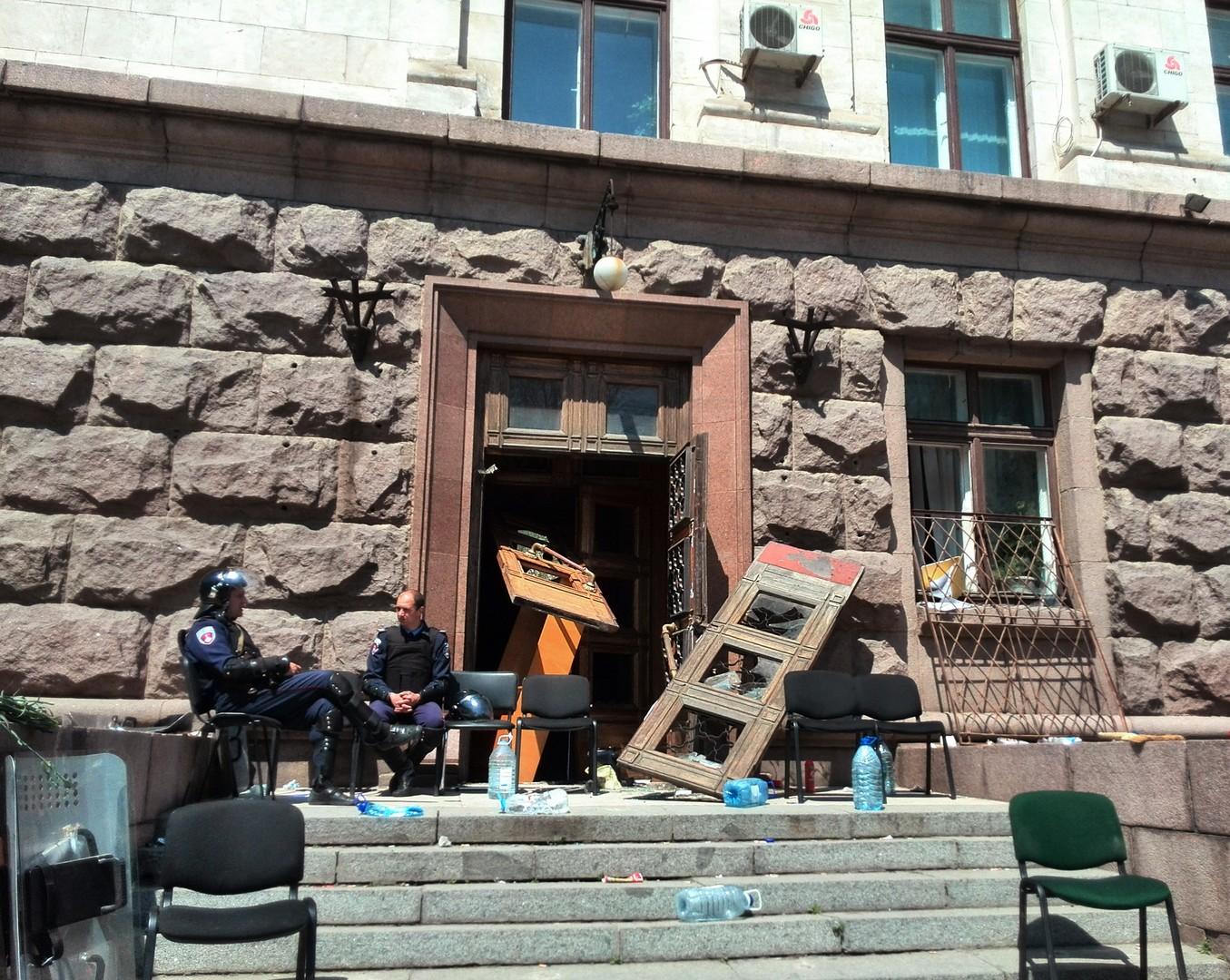 Сотрудники правоохранительных органов у входа в здания Дома профсоюзов 3 мая 2014 года