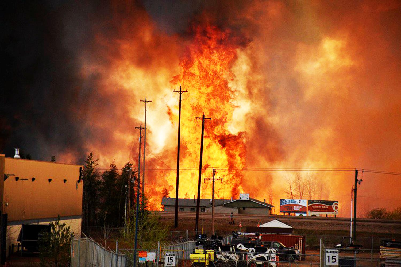 Пожар в промышленной зоне. Форт МакМюррей в канадской провинции Альберта