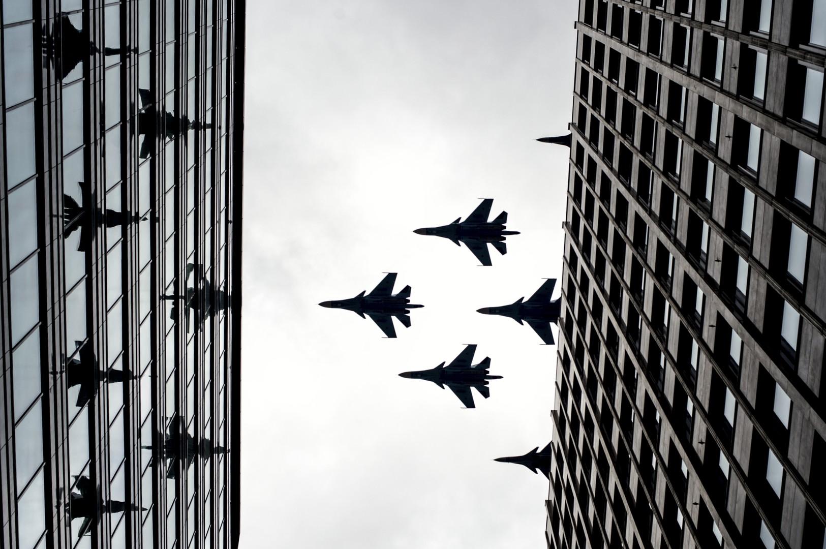 Истребители-бомбардировщики Су-34 и многоцелевые истребители Су-30 СМ на тренировке групп парадного строя авиации к параду Победы.