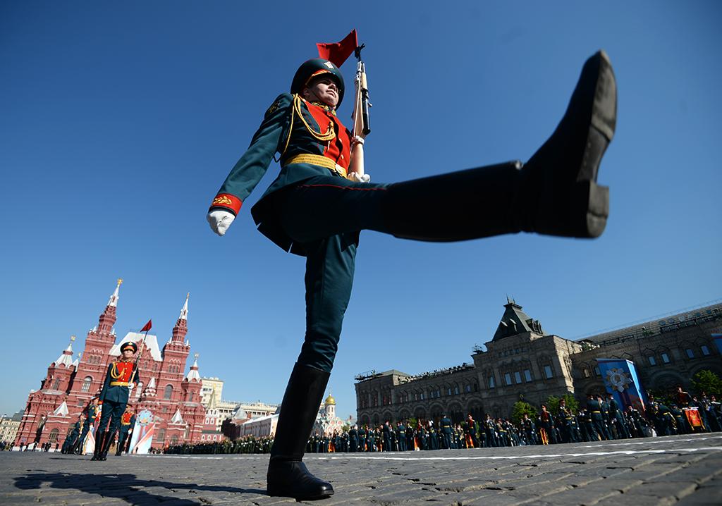 Военнослужащий парадного расчета перед началом военного парада на Красной площади в честь 71-й годовщины Победы в Великой Отечественной войне 1941-1945 годов.