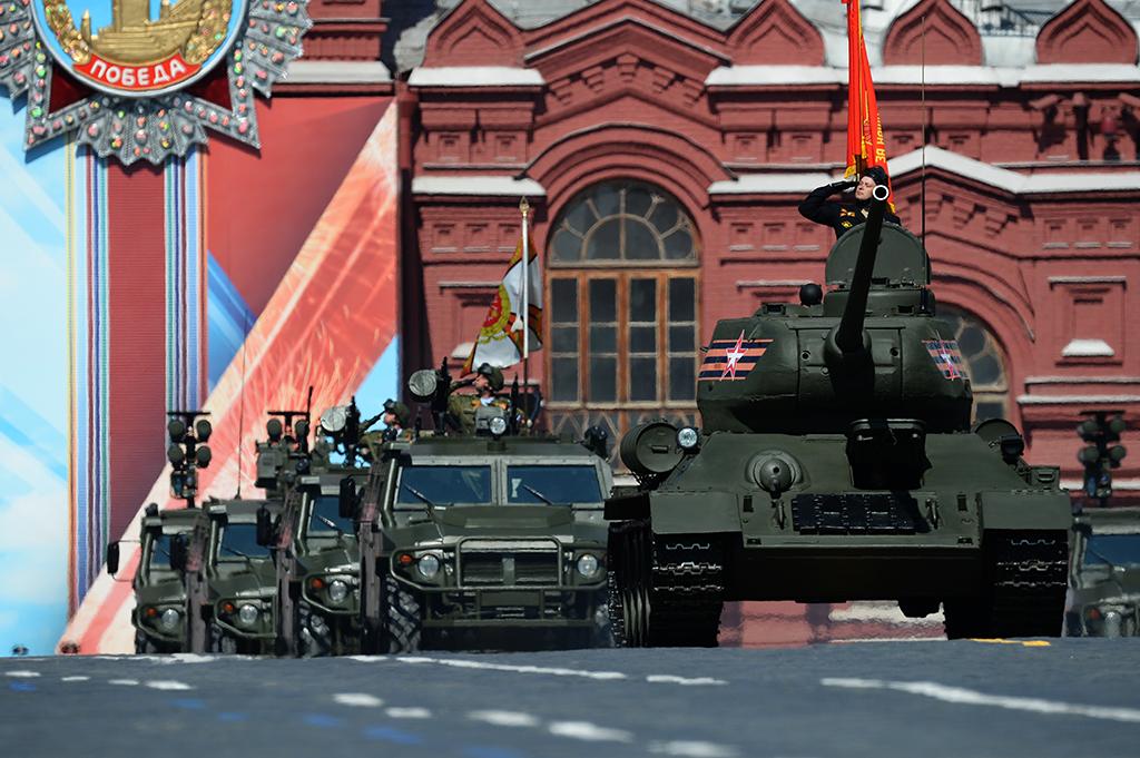"""Танк Т-34-85 (справа) и бронеавтомобили """"Тигр"""" во время военного парада на Красной площади в честь 71-й годовщины Победы в Великой Отечественной войне 1941-1945 годов."""
