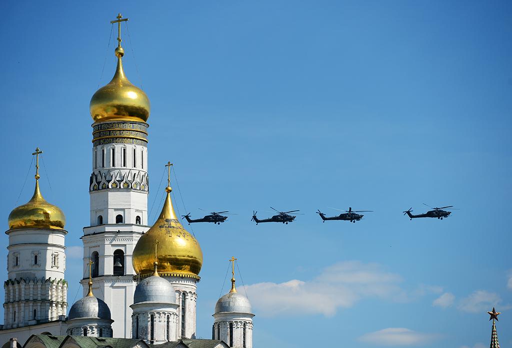 """Ударные вертолеты Ми-28H """"Ночной охотник"""" во время военного парада на Красной площади в честь 71-й годовщины Победы в Великой Отечественной войне 1941-1945 годов."""