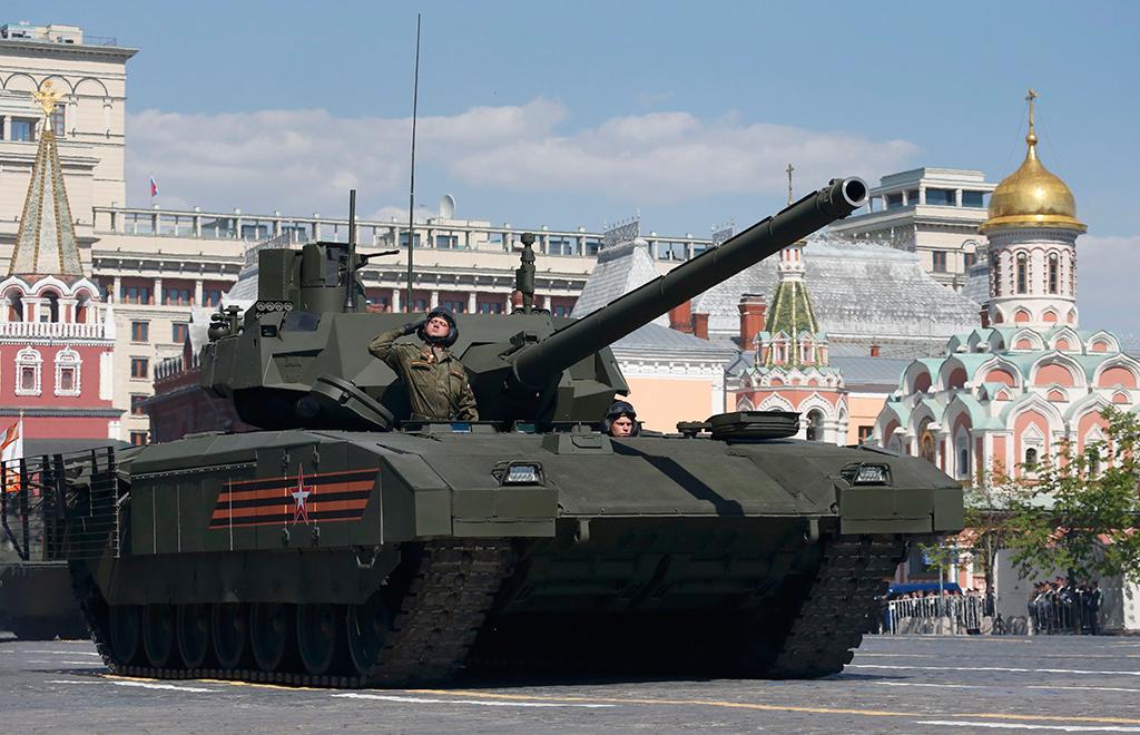 """Танк Т-14 на гусеничной платформе """"Армата"""" во время военного парада на Красной площади в честь 71-й годовщины Победы в Великой Отечественной войне 1941-1945 годов."""