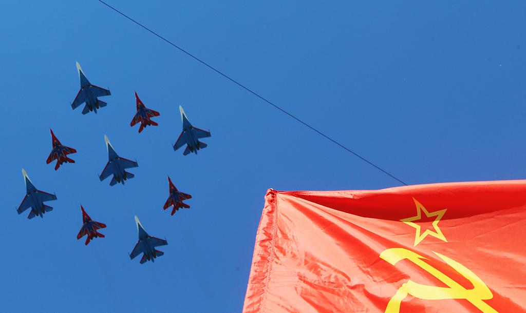 """Многоцелевые истребители Су-27 пилотажной группы """"Русские Витязи"""" и МиГ-29 пилотажной группы """"Стрижи"""" во время воздушной части военного парада в Москве в честь 71-й годовщины Победы в Великой Отечественной войне 1941-1945 годов."""
