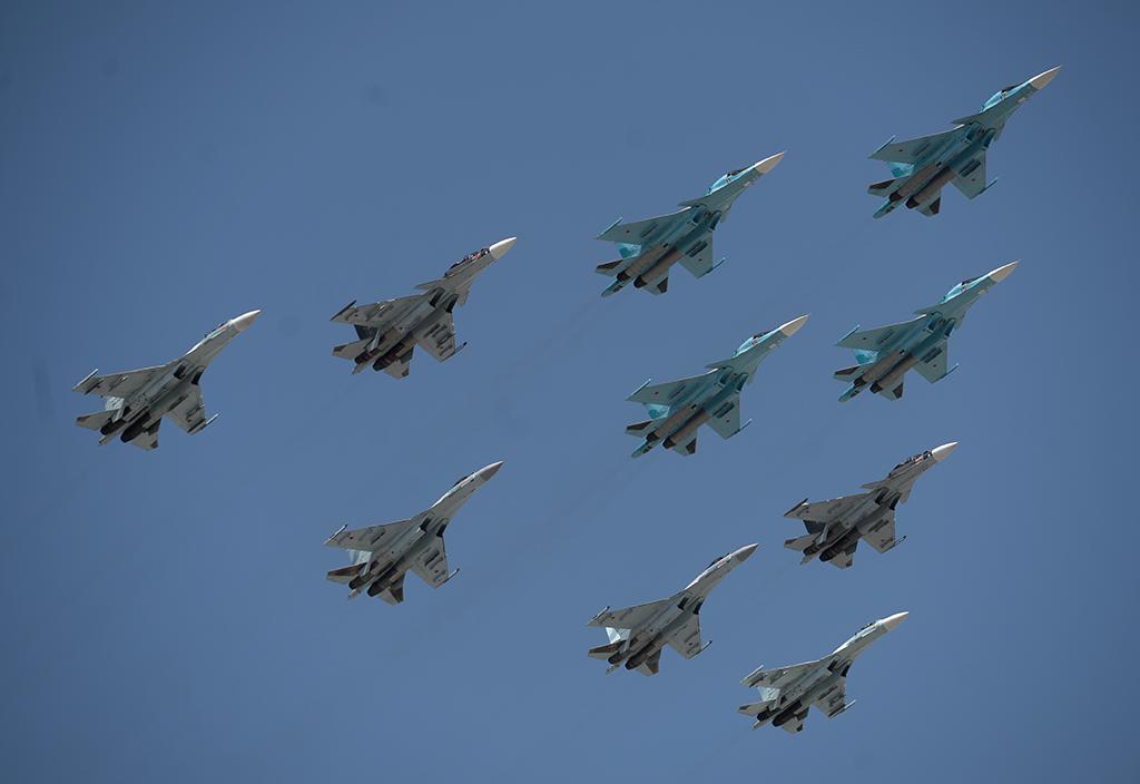 Истребители-бомбардировщики Су-34 и многоцелевые истребители Су-27 и МиГ-29 во время воздушной части военного парада в Москве в честь 71-й годовщины Победы в Великой Отечественной войне 1941-1945 годов.