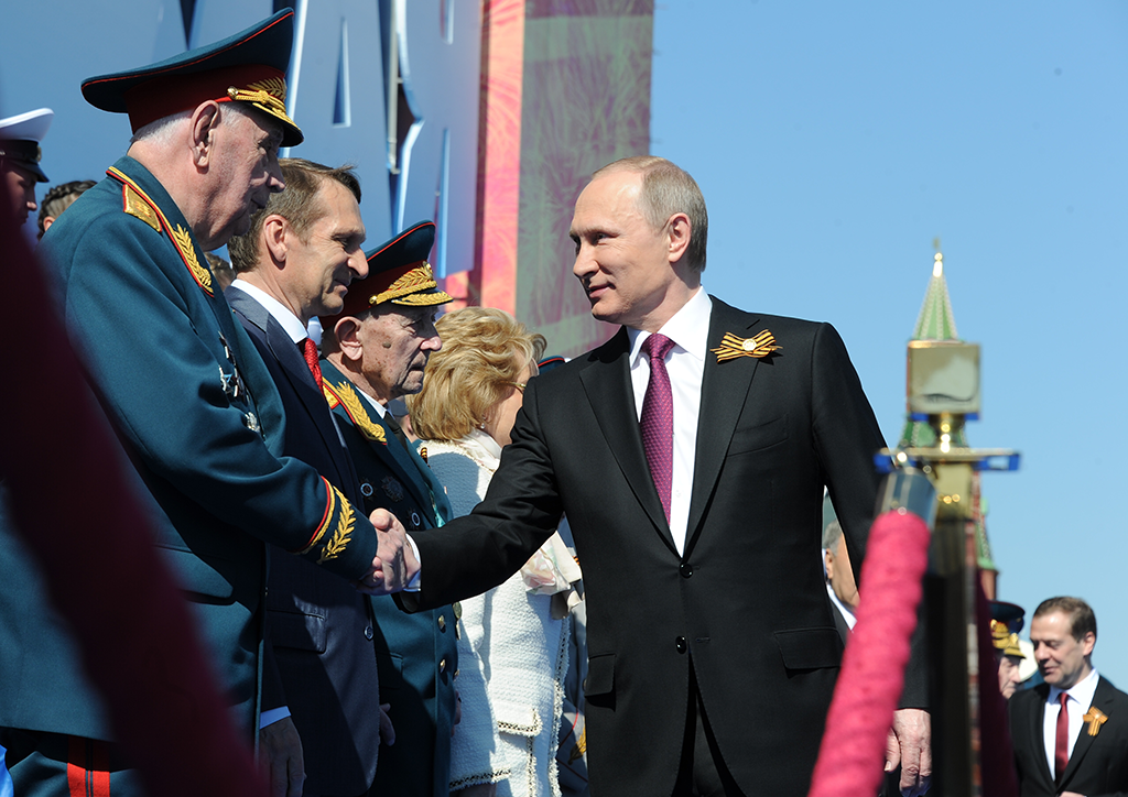 Президент России - Верховный Главнокомандующий Вооружёнными Силами Владимир Путин (справа на первом плане) приветствует ветерана ВОВ перед началом военного парада на военном параде в ознаменование 71-й годовщины Победы в Великой Отечественной войне 1941–1945 годов на Красной площади в Москве.