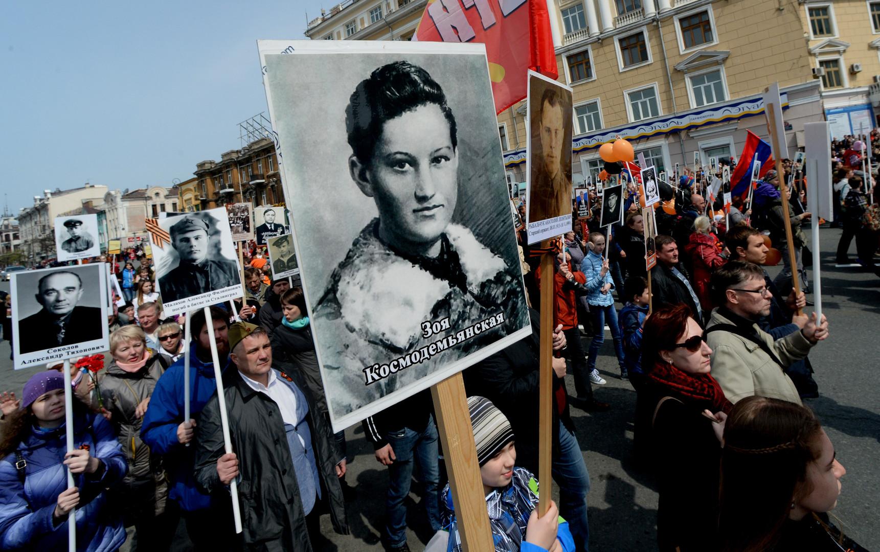 """Участники акции """"Бессмертный полк"""" во время шествия по улицам Владивостока."""
