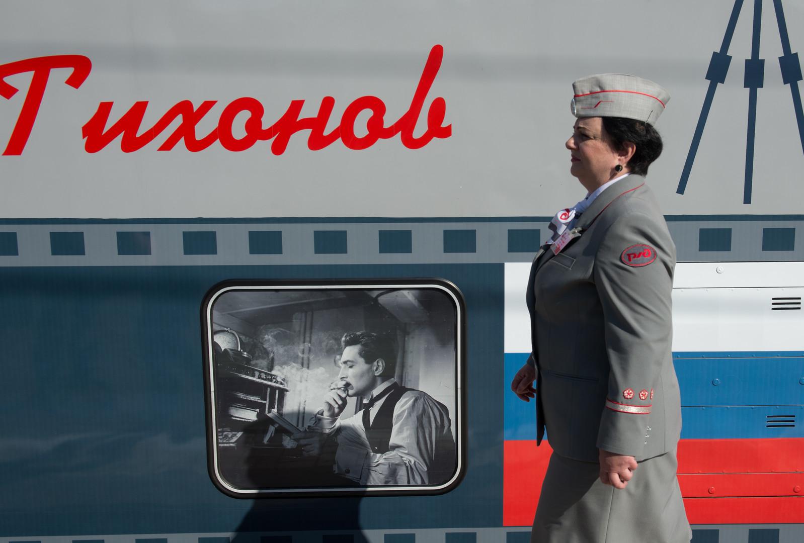 Проводник на перроне Казанского вокзала перед отправлением поезда Москва-Адлер, оформленного в честь Года российского кино и получившего имя Вячеслава Тихонова.