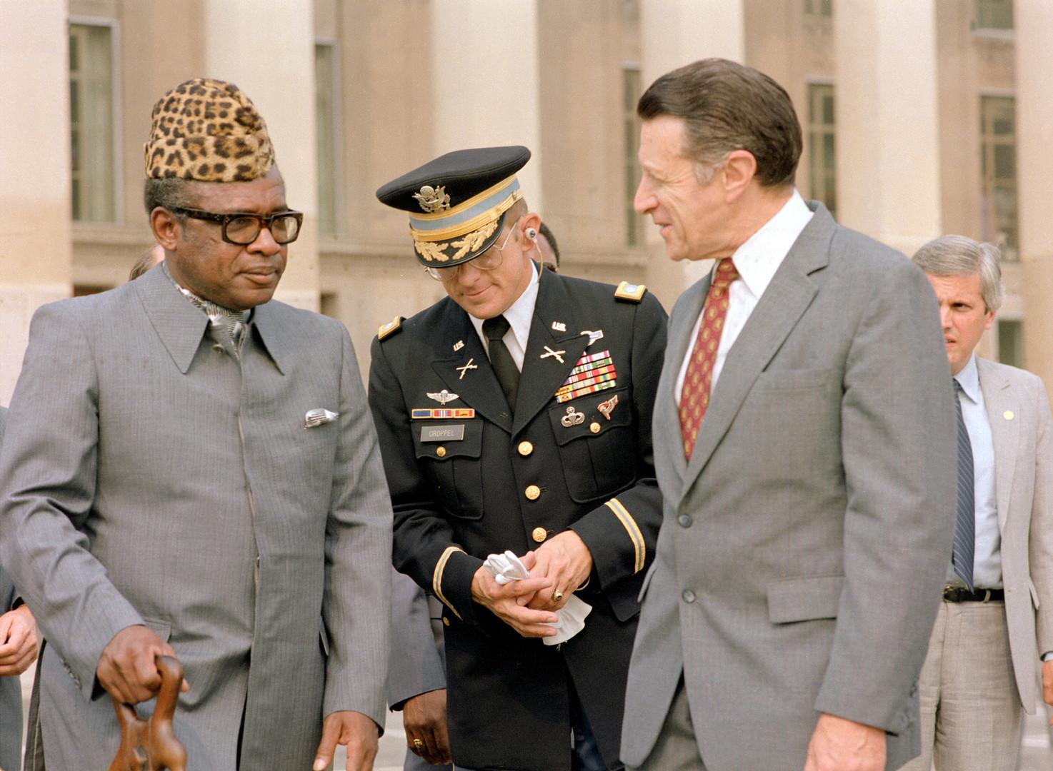 Министр обороны США Каспар Уайнбергер и Мобуту встречаются в Пентагоне, 1993 год.