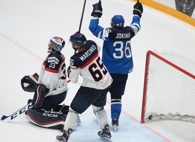 Финский игрок Юсси Йокинен радуется забитой шайбе в матче со Словакией