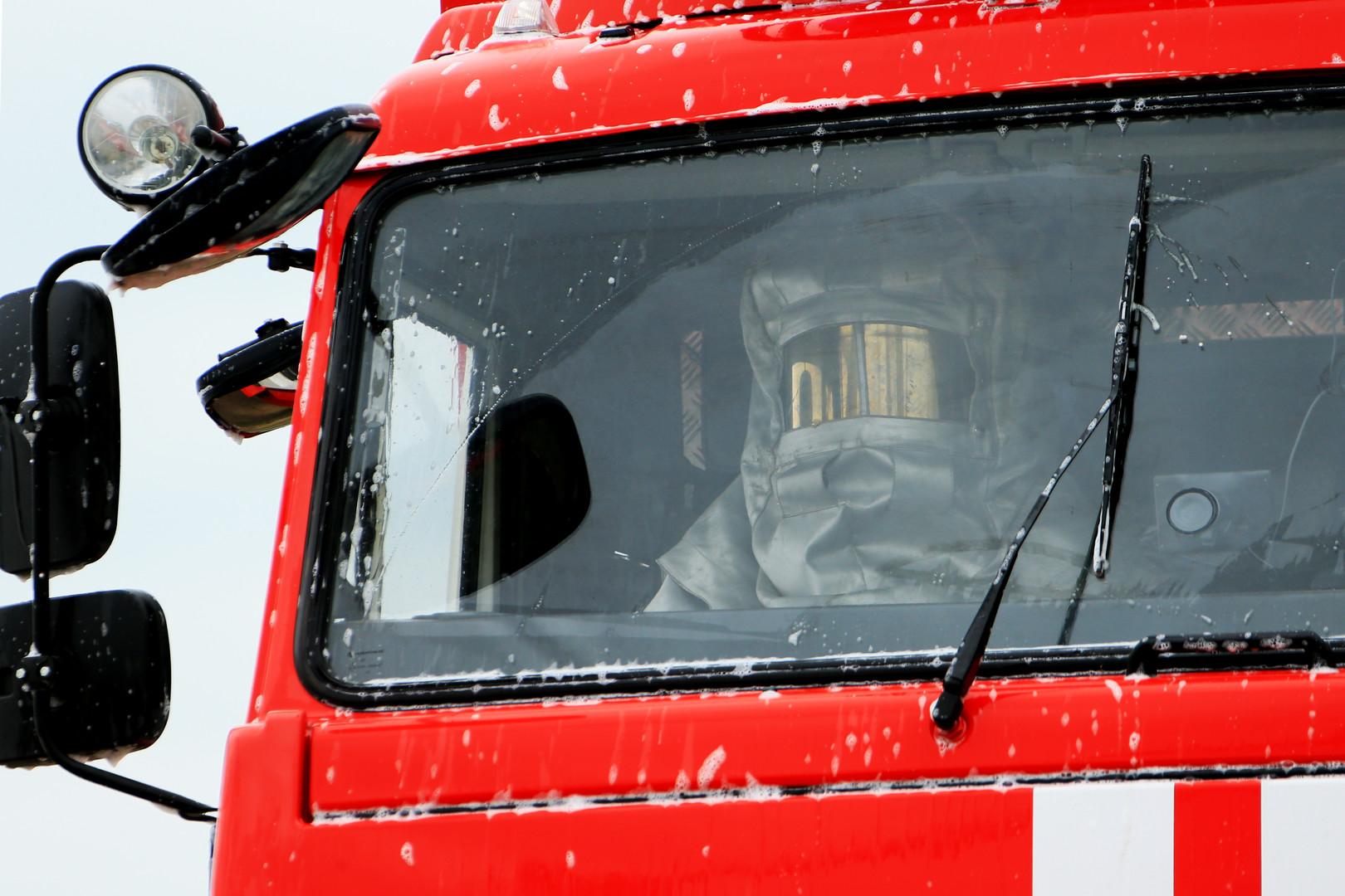 Сотрудник МЧС РФ в пожарной машине во время демонстрационных учений МЧС РФ в рамках открытия Международного салона «Комплексная безопасность-2016» в Ногинске.
