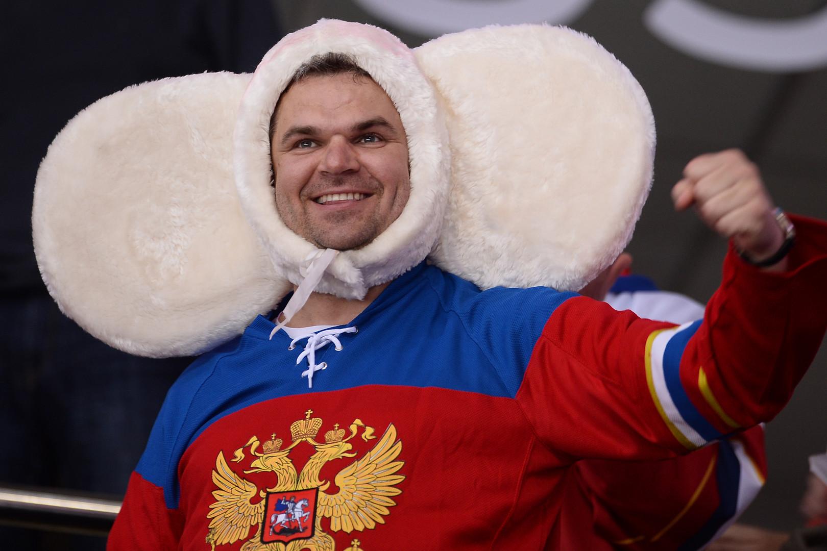 Болельщик сборной России во время матча 1/2 плей-офф чемпионата мира по хоккею между сборными командами Финляндии и России.