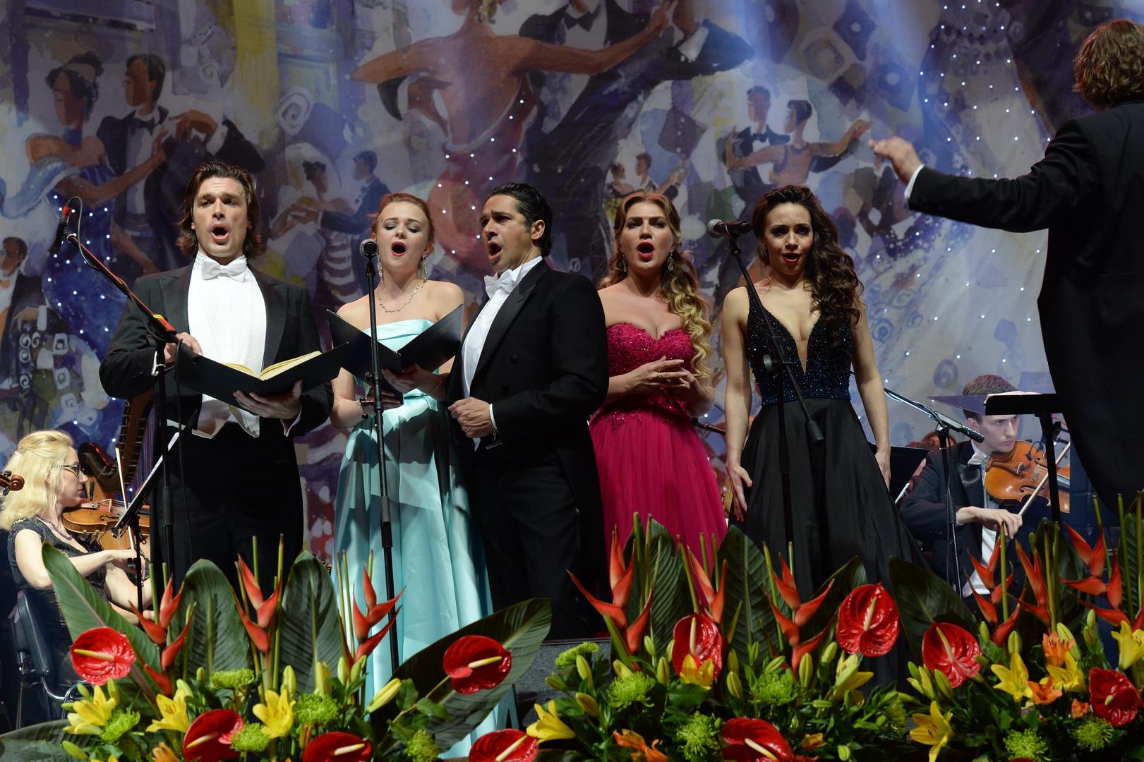 Австрийский оперный певец Томас Вайнхаппель, оперные солистки Юлия Мазурова и Екатерина Морозова и итальянский бас-баритон Ильдебрандо Д'Арканджело во время XIV благотворительного Венского Бала в Гостином дворе в Москве