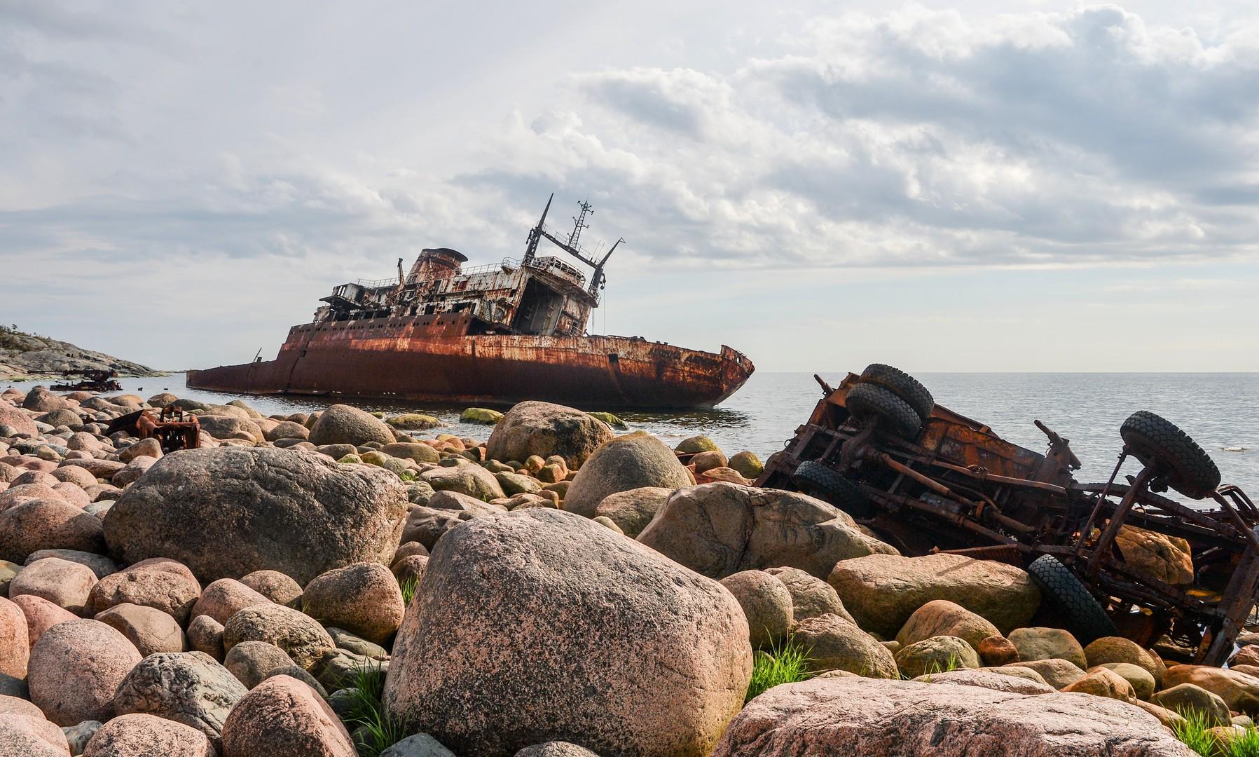Остов океанографического исследовательского судна «Леонид Дёмин» у острова Гогланд в Финском заливе.