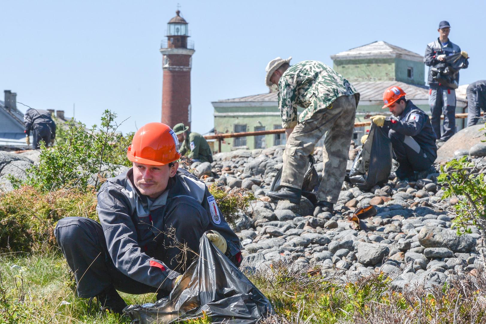 Участники экологической вахты ведут работы по очистке побережья от мусора около южного маяка во время комплексной экспедиции Русского географического общества «Гогланд» на острове Гогланд в Финском заливе.