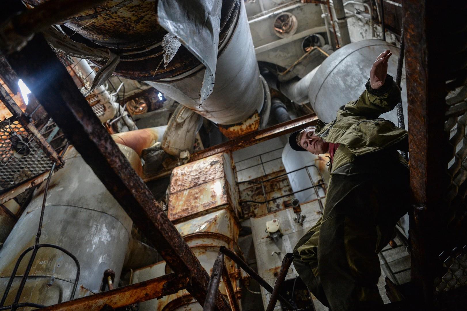 Участник комплексной экспедиции Русского географического общества «Гогланд» на заброшенном океанографическом исследовательском судне (ОИС) «Леонид Дёмин» у острова Гогланд в Финском заливе.