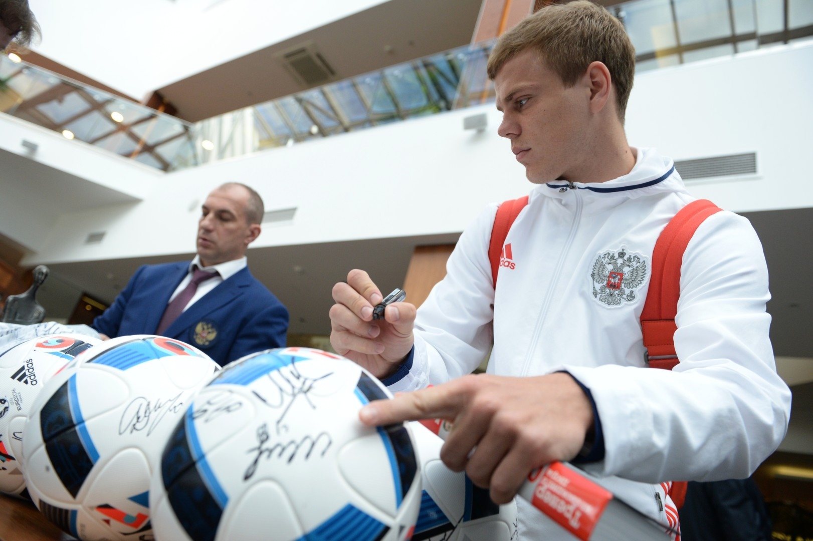 Игрок сборной России Александр Кокорин в аэропорту «Шереметьево» перед вылетом на чемпионат Европы по футболу 2016.