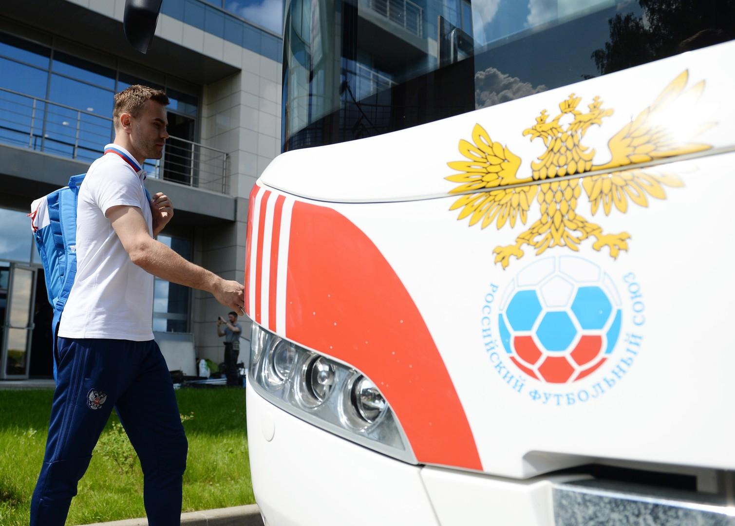 Вратарь сборной России Игорь Акинфеев в аэропорту «Шереметьево» перед вылетом на чемпионат Европы по футболу 2016.