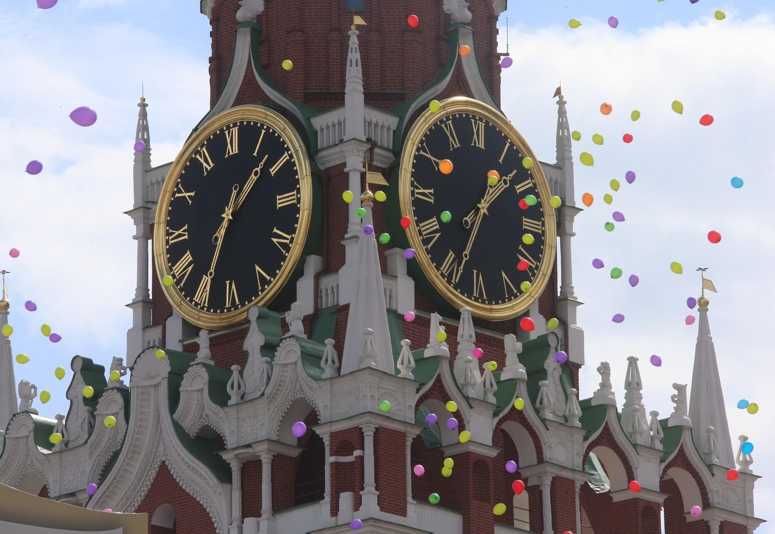 Воздушные шары на фоне Спасской башни во время концерта по случаю Дня славянской письменности и культуры на Красной площади.