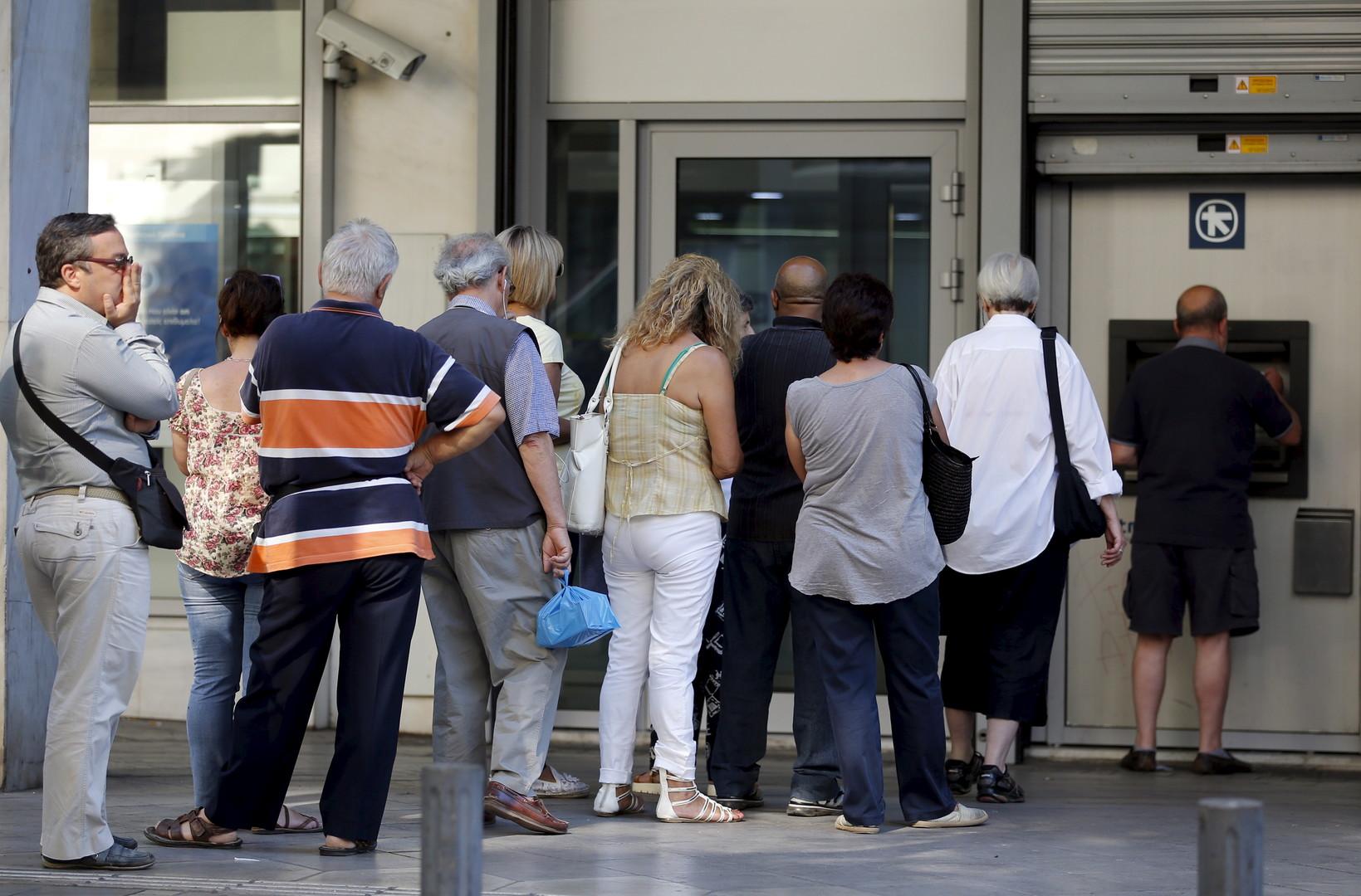 Кризис. Финансовый кризис в стране до сих пор не разрешён. Уровень безработицы составляет более 25%, а к банкоматам выстраиваются огромные очереди.