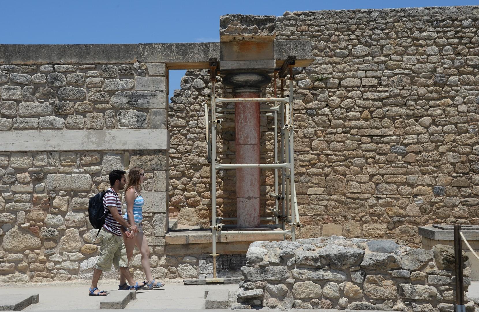 Российские туристы. По данным Ассоциации туроператоров России, по итогам начала 2016 года турпоток из РФ в Грецию увеличился на 135% по сравнению с аналогичным периодом прошлого года.