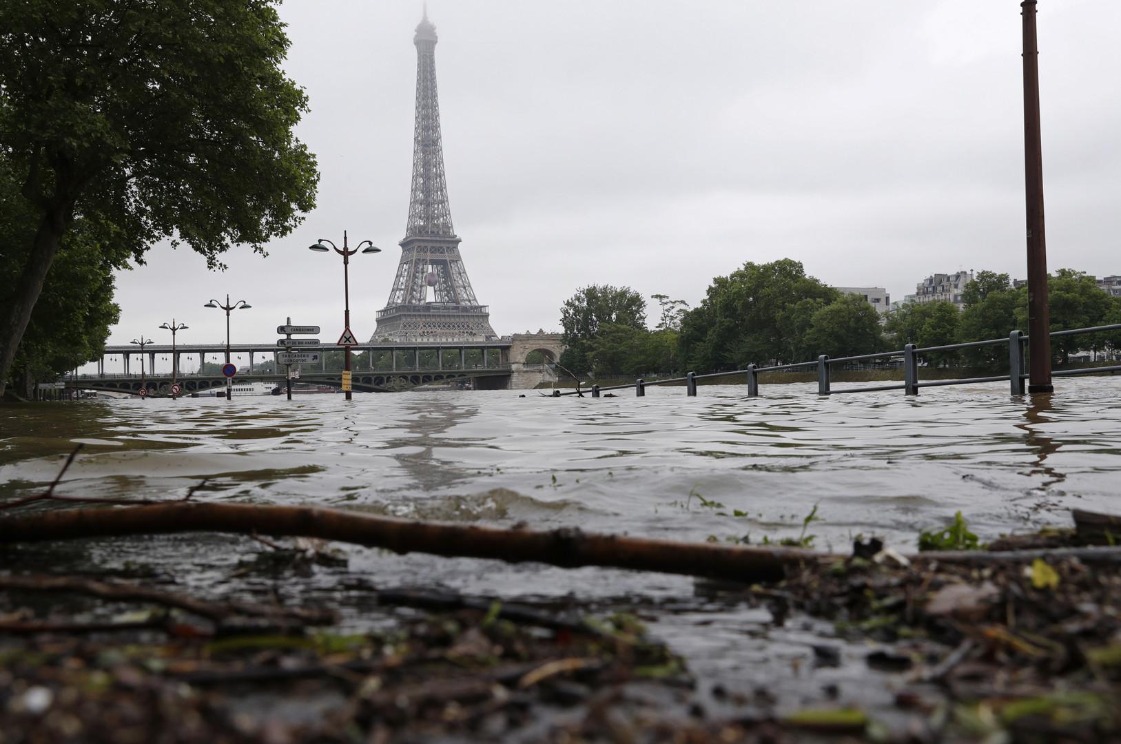 Затопленная набережная Сены