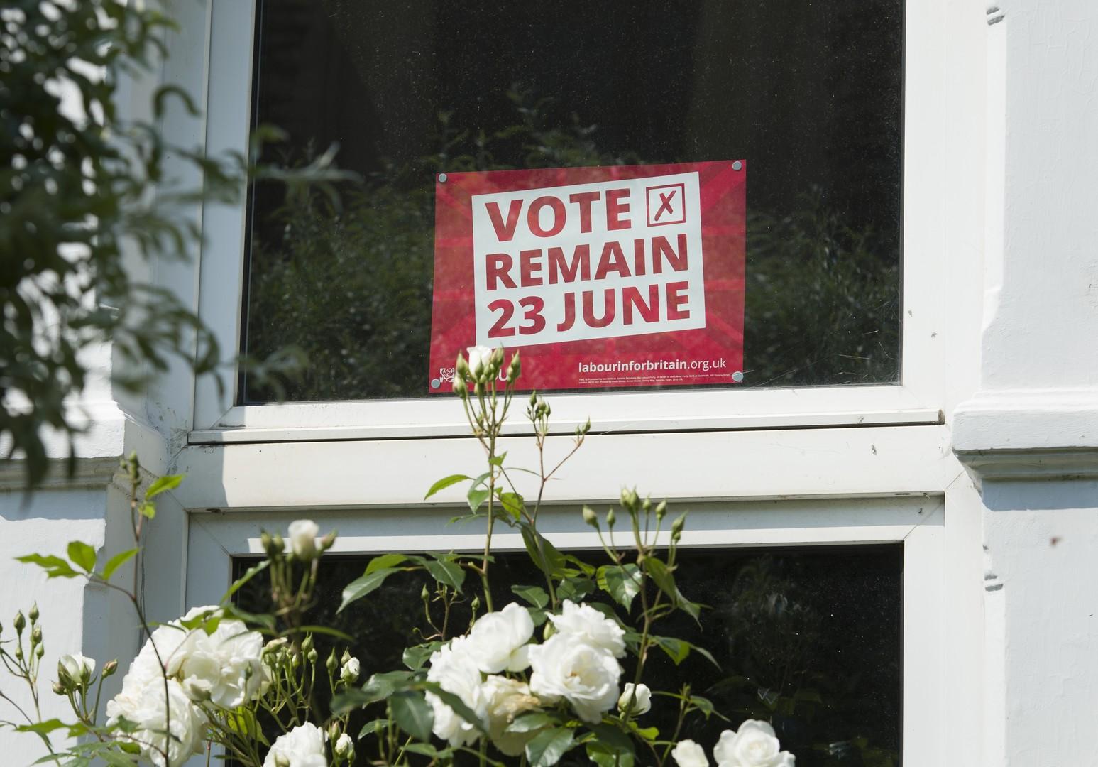 Плакат в окне жилого дома с призывом голосовать за сохранение членства Великобритании в ЕС в преддверии референдума, который состоится 23 июня.