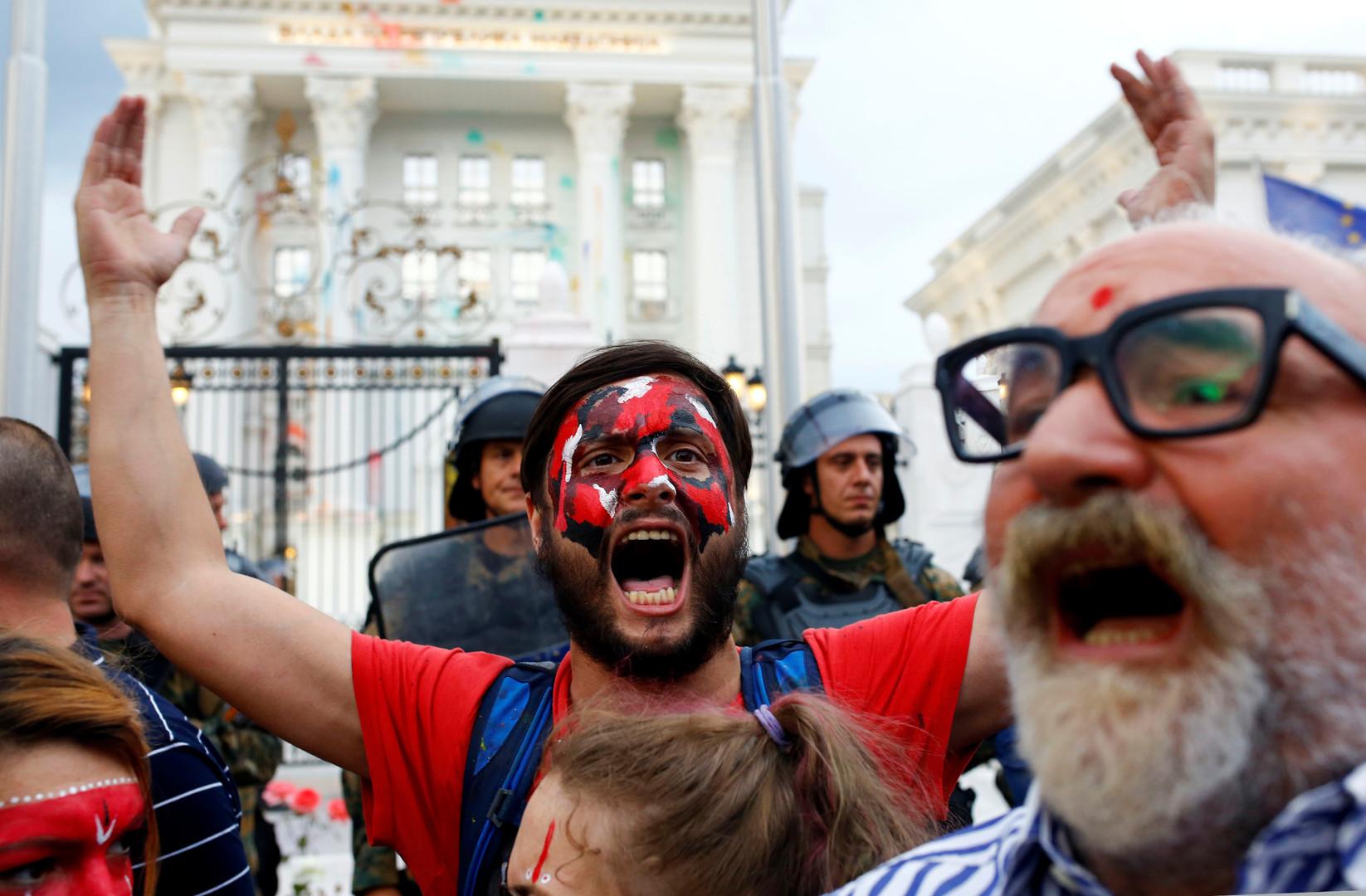 Протестующий перед зданием правительства Македонии.