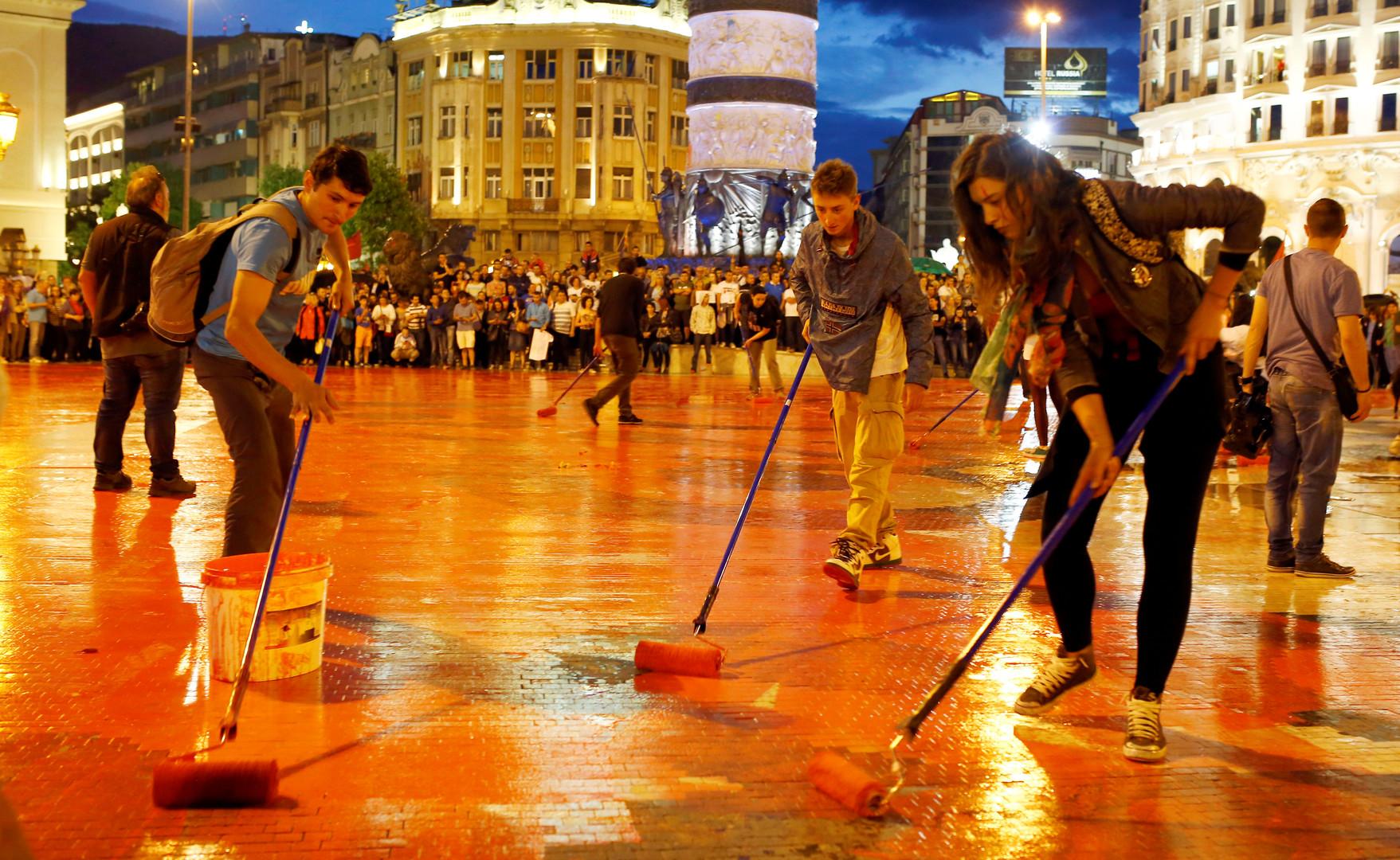 Протестующие на площади в центре столицы Македонии.
