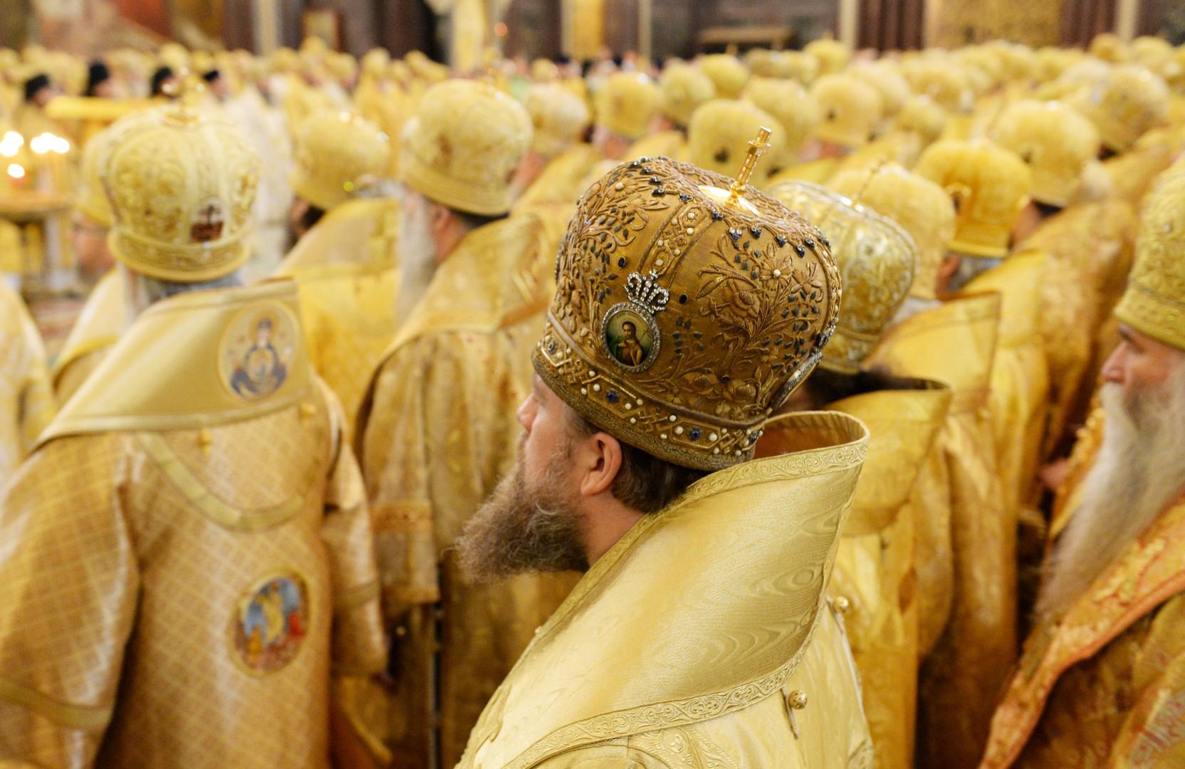 Священнослужители на литургии в храме Христа Спасителя в день интронизации патриарха Московского и всея Руси Кирилла.
