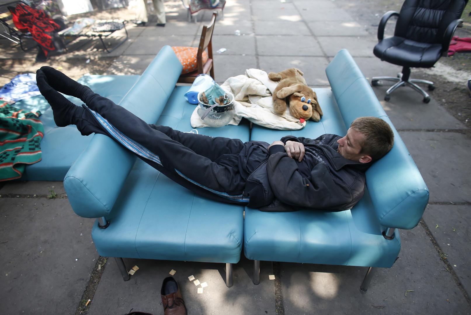 Украинские СМИ: Гражданам разрешили не вставать с дивана во время гимна