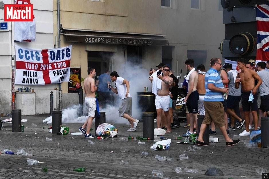 Столкновения фанатов снова начались в Марселе, полиция применила слезоточивый газ