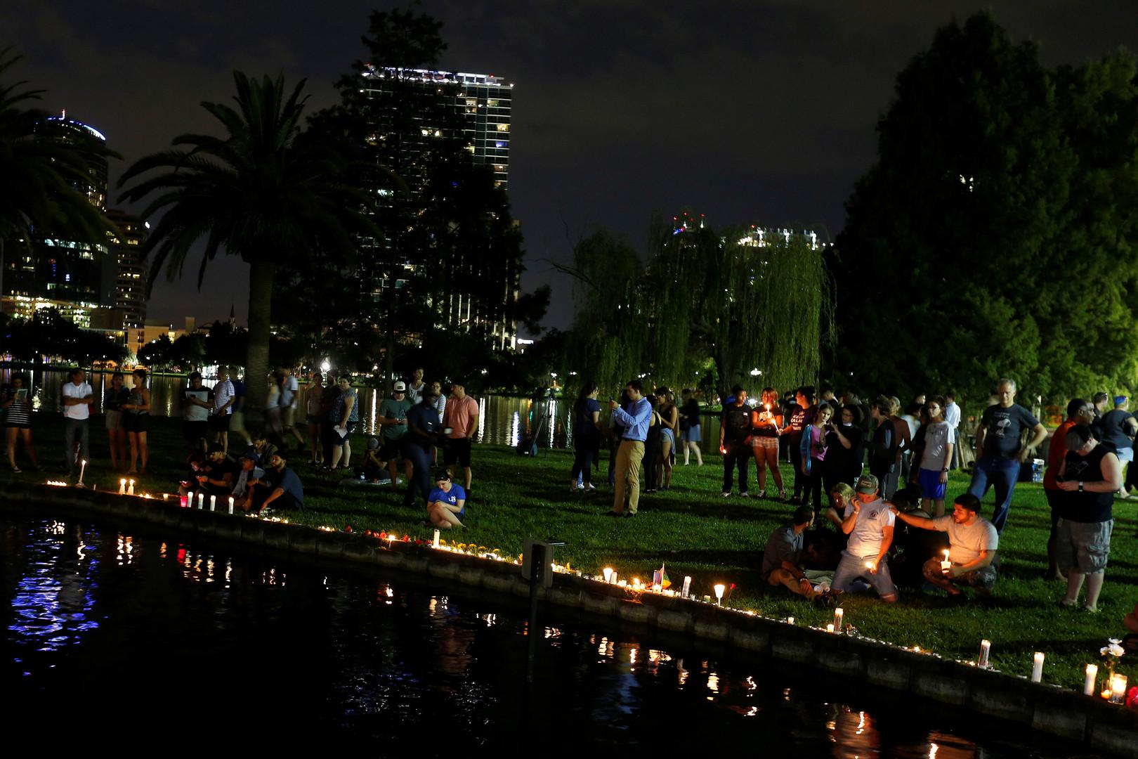 Жители Орландо, штат Флорида, несут свечи в память о погибших в ночном клубе