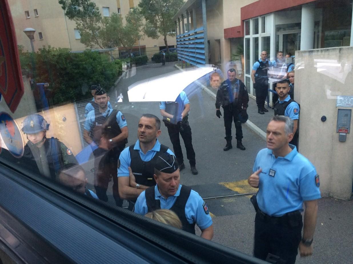 Сотрудник консульства РФ во Франции выехал на место задержания российских болельщиков