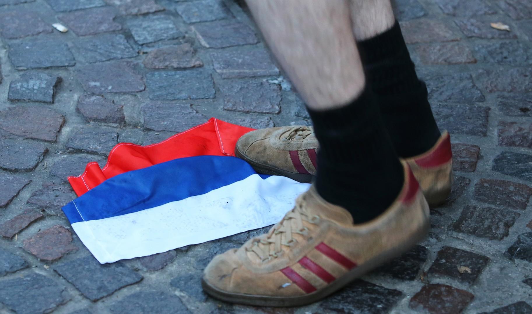 Английские болельщики осквернили российский флаг во французском Лилле