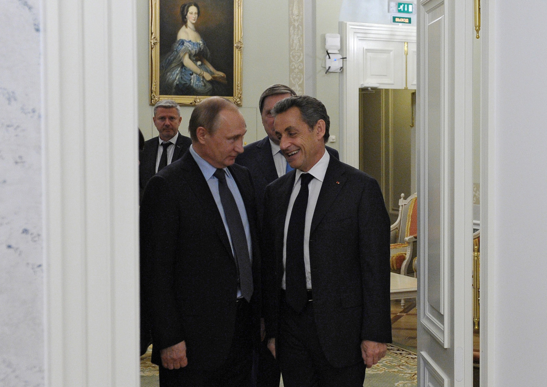 Николя Саркози выступил за поэтапное снятие санкций с России и провёл встречу с Путиным