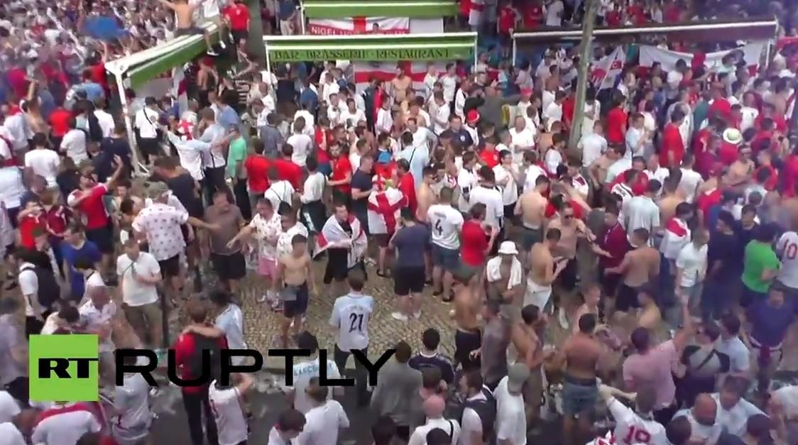 Фанаты сборной Англии перед матчем с командой Словакии