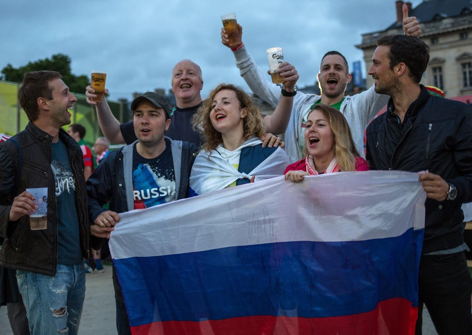 Болельщики сборной России и Уэльса смотрят трансляцию матча группового этапа чемпионата Европы по футболу - 2016 между сборными командами России и Уэльса в фан зоне рядом с Эйфелевой башней в Париже.