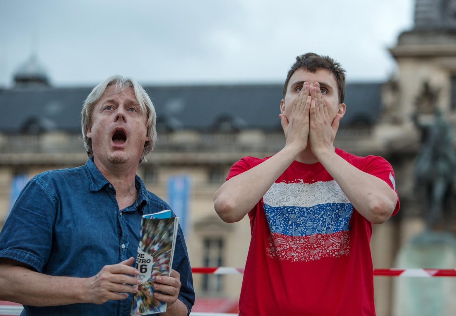 Болельщики сборной России смотрят трансляцию матча группового этапа чемпионата Европы по футболу - 2016 между сборными командами России и Уэльса в фан зоне рядом с Эйфелевой башней в Париже.