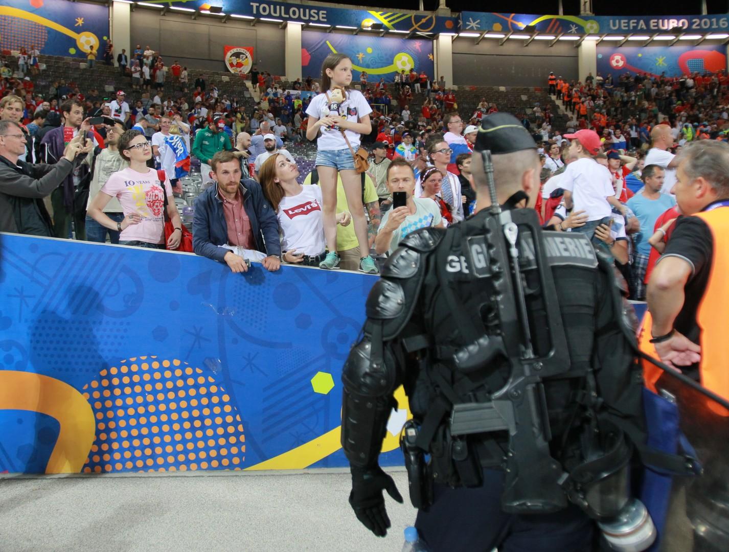 Жандармы у трибун с российскими болельщиками после матча группового этапа чемпионата Европы по футболу - 2016 между сборными командами России и Уэльса.