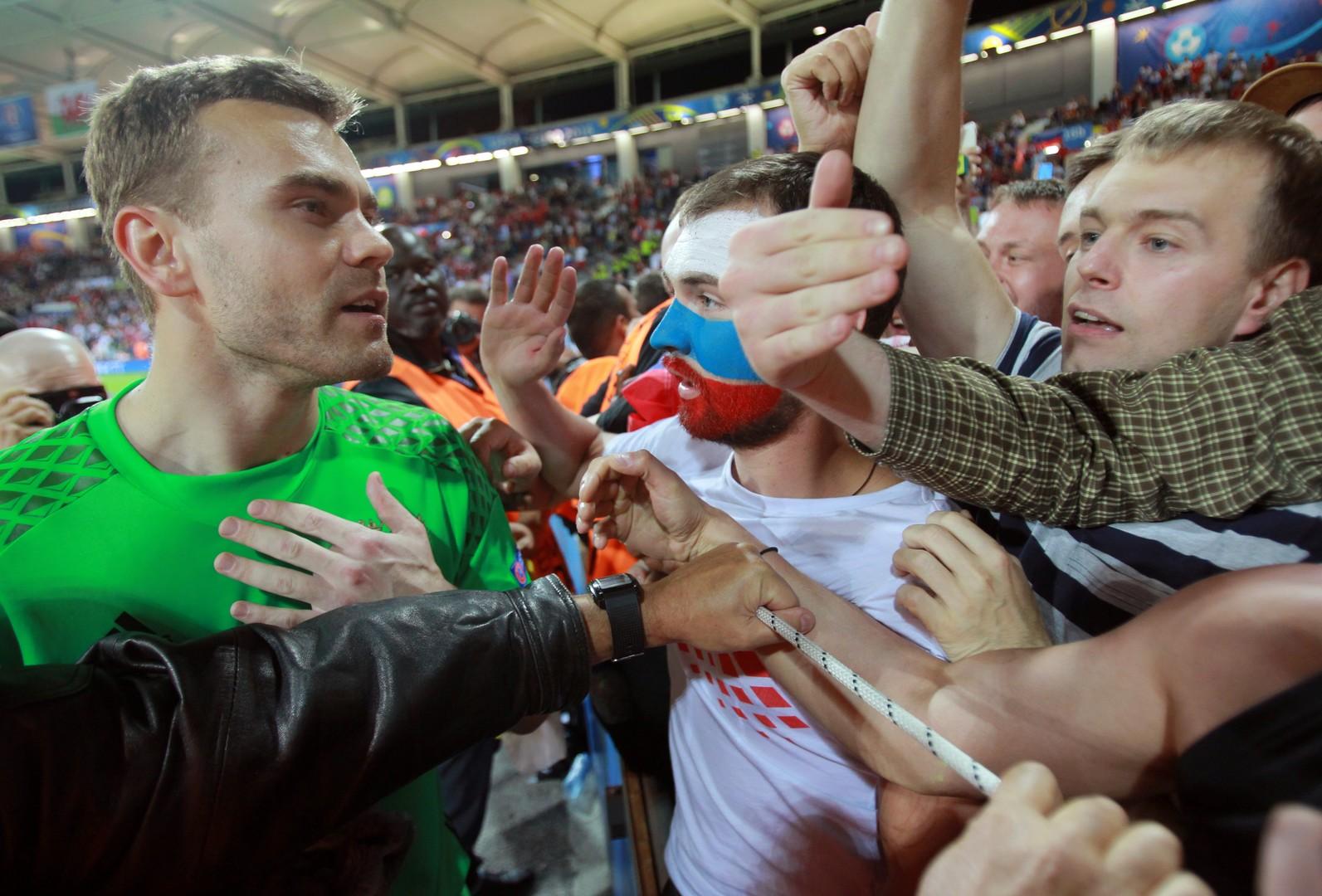 Вратарь сборной России Игорь Акинфеев общается с болельщиками после матча группового этапа чемпионата Европы по футболу - 2016 между сборными командами России и Уэльса.