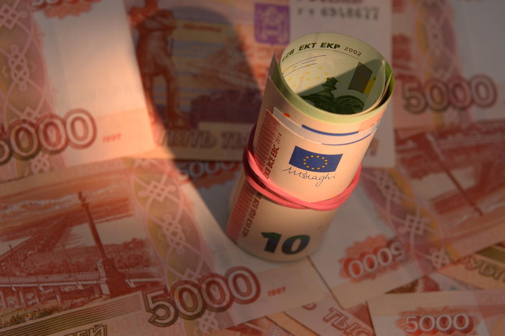 Курс евро впервые в 2016 году упал ниже 72 рублей