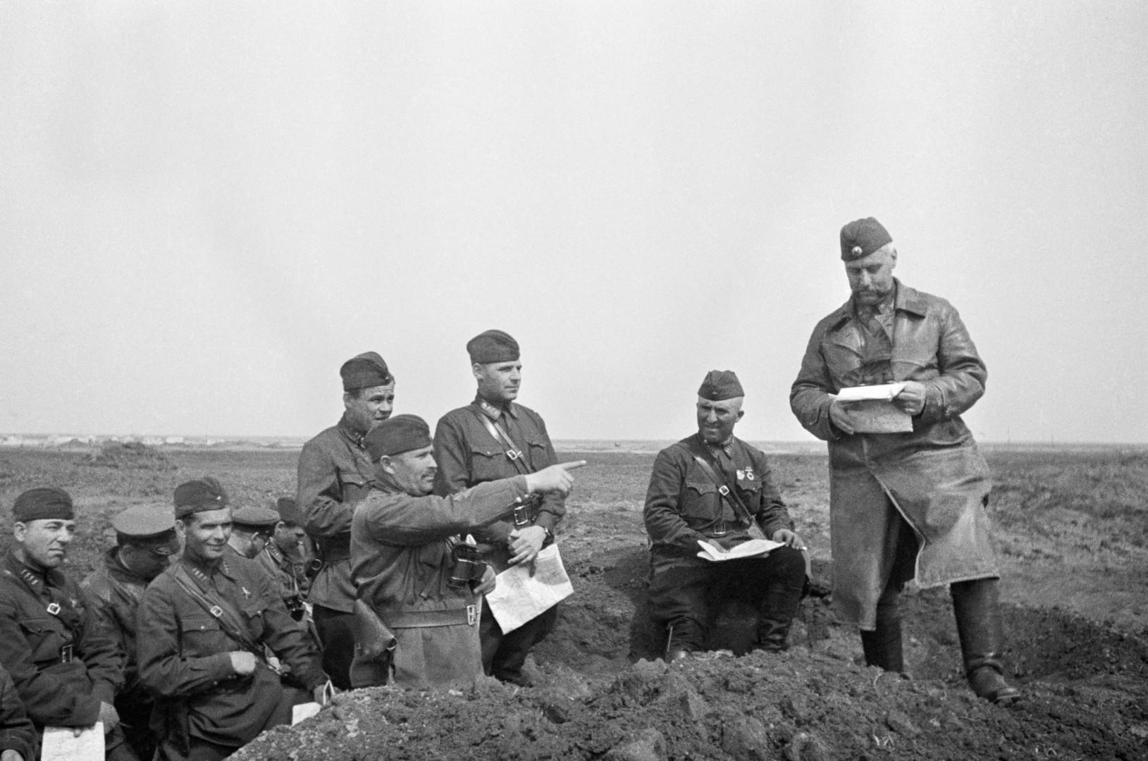 Советские солдаты и офицеры