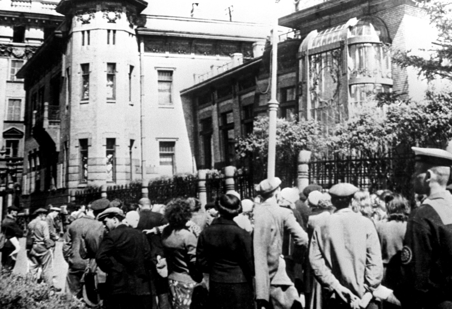 Жители Ленинграда слушают сообщение о нападении фашистской Германии на Советский Союз
